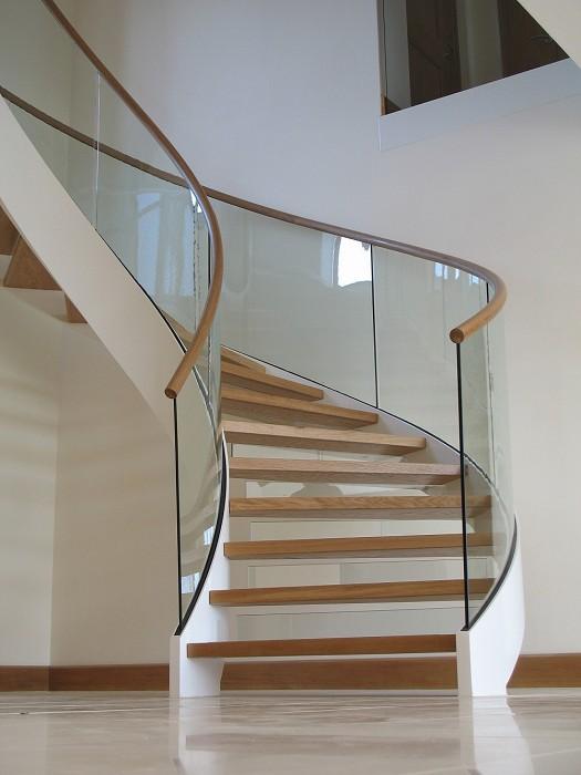Eestairs trappen en balustrades eestairs open trappen met houten treden - Trap ijzer smeden en hout ...