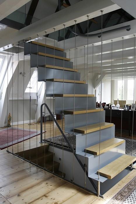 Eestairs trappen en balustrades eestairs dichte trappen - Trap ijzer smeden en hout ...