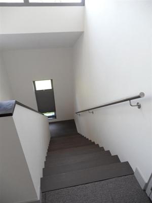 Mauriks solutions moderne z treden trap in beukenhout met rvs leuningen - Foto moderne trap ...