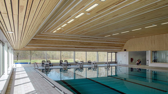 Derako international b v rustgevende houten plafonds en wanden voor schiphol security - Houten toren zwembad ...