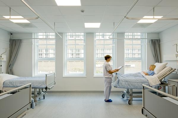 oude school biedt ruimte aan moderne kliniek - architectenweb.nl