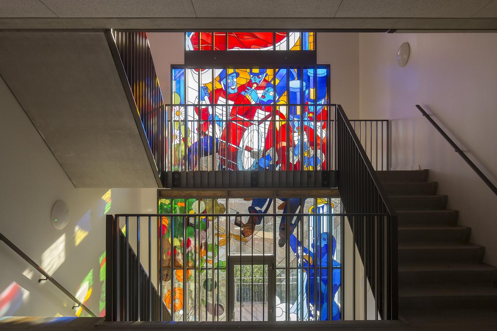 Woongebouw met grote glas in lood ramen geopend   architectenweb.nl