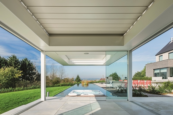 Renson poolhouse met algarve roof in uniek tuinconcept