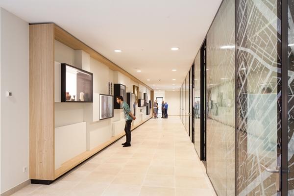 Helder interieur in gerenoveerd kantoor waterschap for Kantoor interieur design