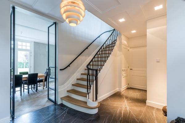 Van bruchem staircases klassieke trap met stalen hekwerk