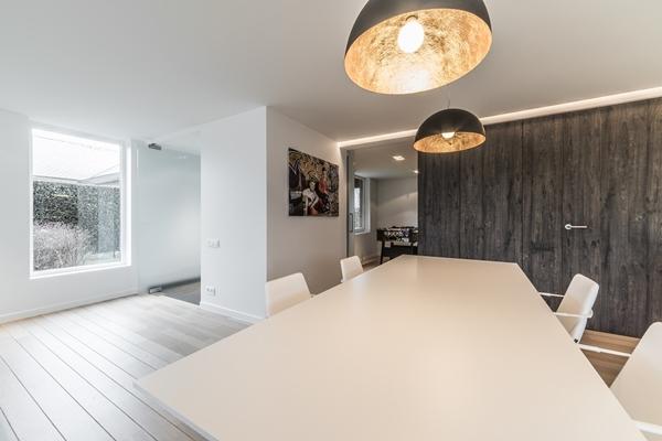 Decolegno bv minimalistische keuken in villa belgië